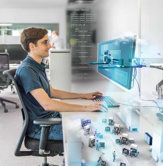 iTE SI Kollege am Arbeitsplatz als Symbol für Supportleistungen