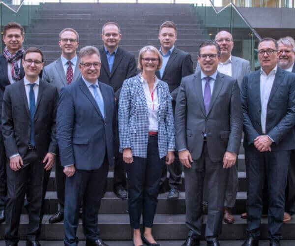 Bundesministerin für Bildung und Forschung Anja Karliczek mit Teilnehmern des Fachgesprächs über Künstliche Intelligenz